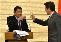 Thủ tướng Nhật Bản Shinzo Abe (phải) và Tổng thống Philippines Rodrigo Duterte. (Nguồn: Reuters)