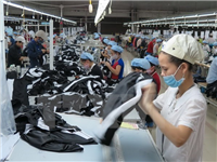 Workers make cloths for export at a factory in Vietnam (Photo: VNA)