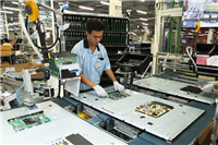 Television assemble in a HCM City-based Samsung factory (Photo: thanhnien.vn)
