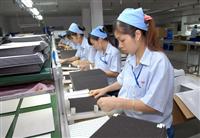 Sản xuất linh phụ kiện nhựa tại Công ty Trách nhiệm hữu hạn Seiyo Việt Nam, vốn đầu tư của Đài Loan (Trung Quốc) tại Quế Võ, Bắc Ninh. (Ảnh: Danh Lam/TTXVN)
