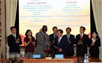 Ông Nguyễn Thành Phong, Chủ tịch UBND thành phố Hồ Chí Minh (phải) và ông Ousmane Dione, Giám đốc WB tại Việt Nam (trái) cùng ký Bản ghi nhớ về đối tác toàn diện giữa thành phố Hồ Chí Minh và WB giai đoạn 2018-2020. (Ảnh: Xuân Khu/TTXVN)