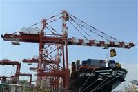 Xếp dỡ hàng hóa tại cảng container quốc tế ở Colombo, Sri Lanka. (Ảnh: AFP/TTXVN)