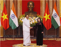 Vice President Dang Thi Ngoc Thinh (R) shakes hands with Vice President of India Venkaiah Naidu