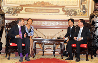 Ông Trần Vĩnh Tuyến, Phó Chủ tịch UBND Thành phố Hồ Chí Minh (phải) tiếp ông Harald Mahrer, Chủ tịch Phòng Kinh tế Liên bang Áo. (Ảnh: Xuân Khu/TTXVN)