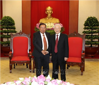 Party General Secretary, State President Nguyen Phu Trong (R) hosts a reception for Lao counterpart Bounnhang Vorachith, Ha Noi, August 9, 2019 - Photo: VNA