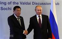 Philippine President Rodrigo Duterte (L) shakes hands with his Russian counterpart Vladimir Putin (Photo: AFP/VNA)