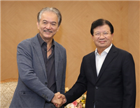 Deputy Prime Minister Trinh Dinh Dung (R) shakes hands with Robert Yap, Executive Chairman of YCH Group (Source: VNA)