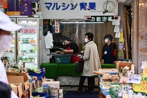 Cảnh vắng khách tại cửa hàng tạp hóa do ảnh hưởng của dịch COVID-19 ở Tokyo, Nhật Bản, ngày 21/4/2020. (Ảnh: AFP/TTXVN)