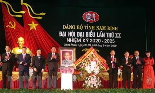 Phó Thủ tướng Thường trực Chính phủ Trương Hòa Bình chúc mừng Đại hội đại biểu Đảng bộ tỉnh Nam Định lần thứ XX, nhiệm kỳ 2020-2025. (Ảnh: Văn Đạt/TTXVN)