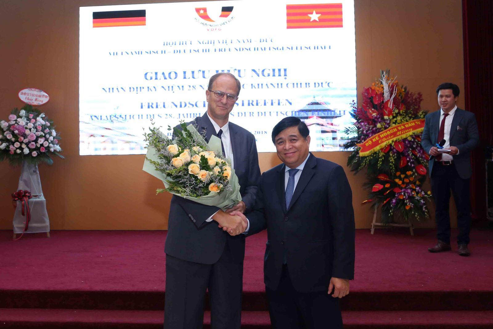 Bộ trưởng Nguyễn Chí Dũng chúc mừng Đại sứ Christian Berger nhân Kỷ niệm 28 năm Ngày Quốc khánh CHLB Đức. Ảnh: MPI